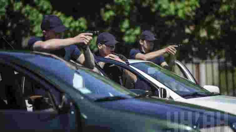 У Києві водій погрожував патрульним пістолетом через зауваження про неправильну парковку