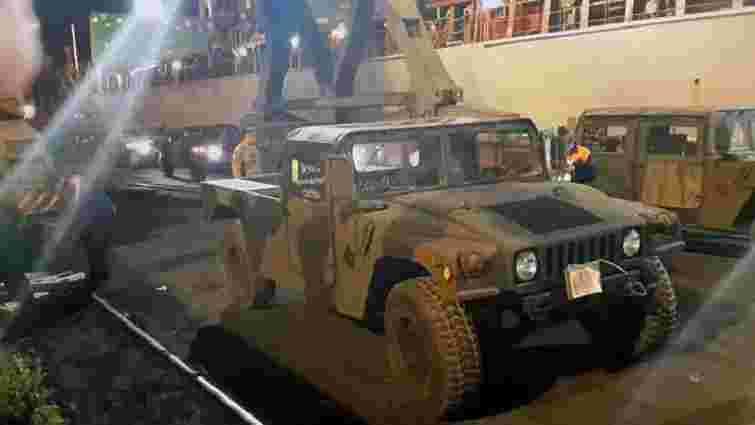 В Одесу прибула партія зі ста військових автомобілів Humvee (фото)