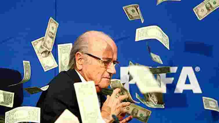 Британський комік закидав грошима президента ФІФА