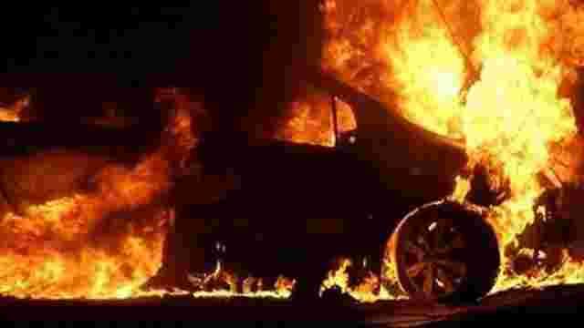 На Івано-Франківщині під райвідділком спалили два  міліцейських авто