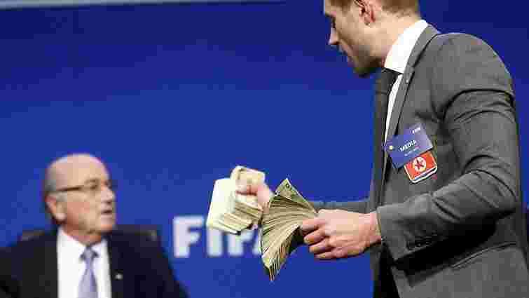 У Швейцарії порушили кримінальну справу проти коміка, який обсипав грошима президента ФІФА