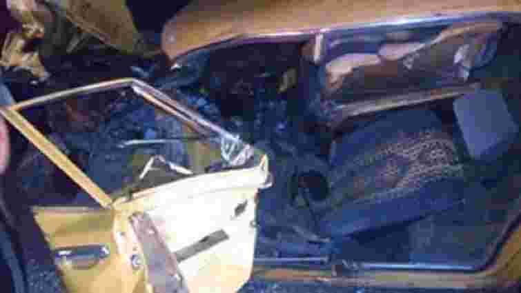 На Львівщині потрійна ДТП: водія довелось витягати з авто