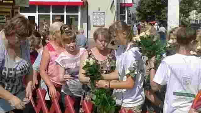 У Чернігові у переддень виборів жінок задобрюють трояндами