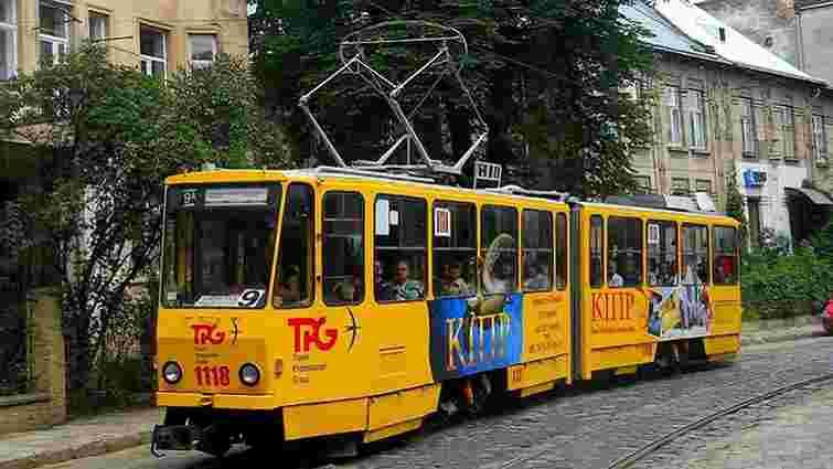 У Львові 69-річний пасажир впав у трамваї та розбив голову