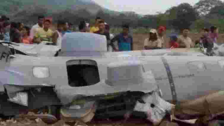 У Колумбії у повітрі розвалився військовий літак з 12 людьми на борту