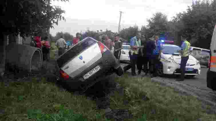 П`яні грабіжники перекинулись у Львові на викраденому таксі