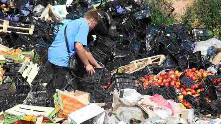 Росіяни розбирають розчавлені санкційні фрукти на самогон