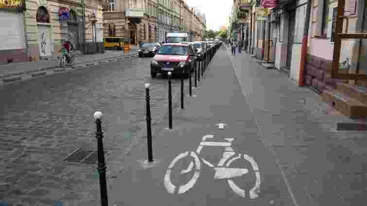 На львівських велодоріжках з'явилась дорожня розмітка, яка вказує напрямок руху
