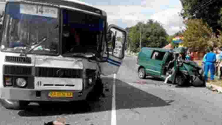 В Умані легковий автомобіль врізався у маршрутний автобус