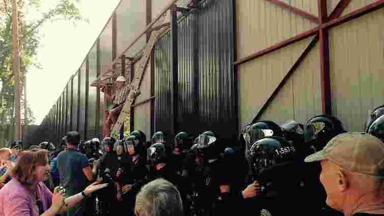 Під Києвом активісти знесли паркан довкола ділянки Калетника