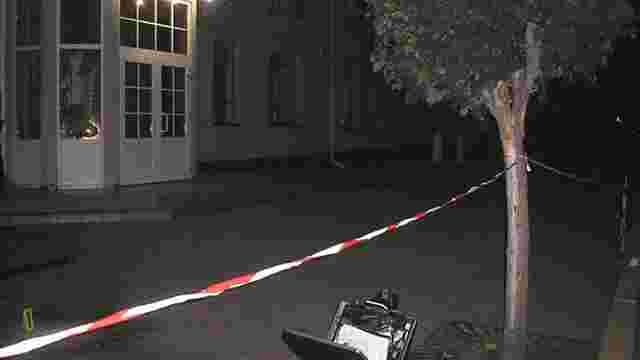 Уночі невідомі кинули вибухівку під двері Рівненської прокуратури
