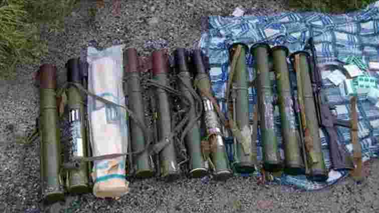 На Донеччині біля дороги  Артемівськ-Дебальцеве виявили сховок зі зброєю
