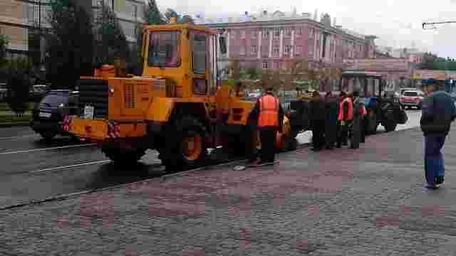 У російському Барнаулі прибирають асфальт, покладений перед приїздом патріарха Кірілла