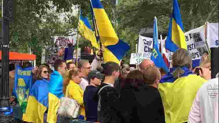 У Нью-Йорку активісти з українськими прапорами вийшли на пікет проти Путіна