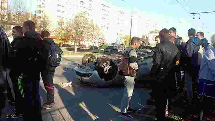 Внаслідок ДТП у Львові перекинувся автомобіль