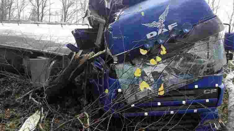 На Львівщині перекинулась автоцистерна з олією
