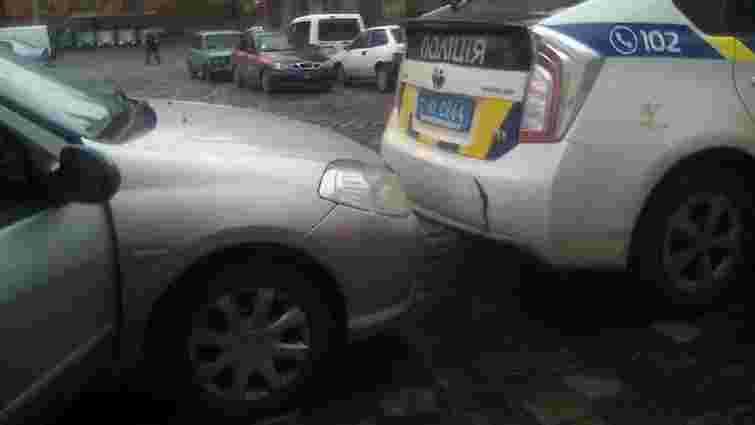 У центрі Львова жінка за кермом легковика в'їхала в авто патрульних