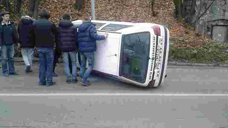 Біля Високого Замку перекинувся автомобіль, яким керував нетверезий водій