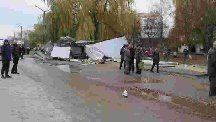 На Хмельниччині некерований джип влетів у зупинку і збив насмерть трьох жінок