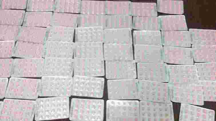 Через кордон на Львівщині намагались незаконно перевезти 1200 таблеток стероїдів