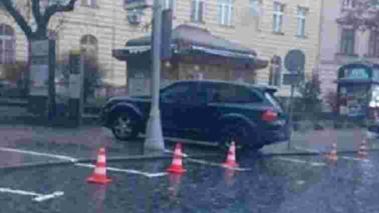 У центрі Львова шукали вибухівку в краденому позашляховику