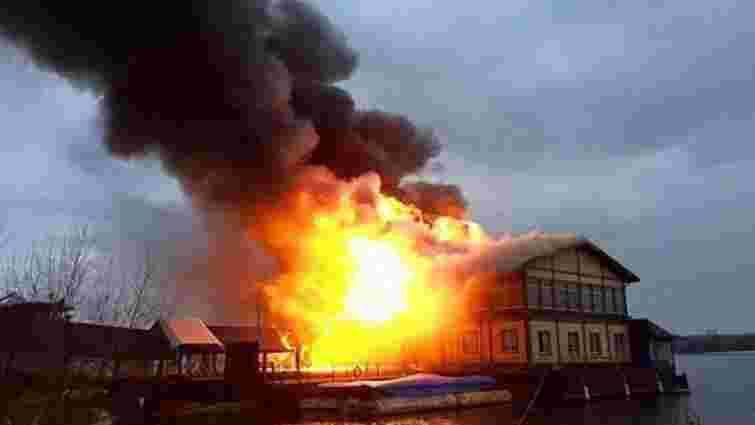 Пожежу в ресторані на Дніпрі в Києві ліквідували