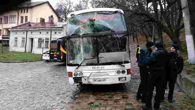 Біля Високого замку туристичний автобус врізався в будинок