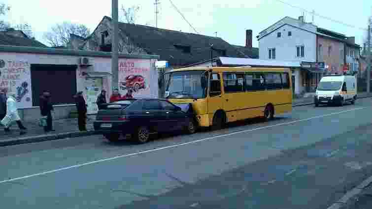 Зранку у Львові автомобіль врізався в маршрутку, постраждали троє людей