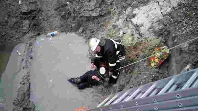 У Львові жінка впала в розритий колектор