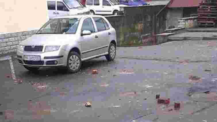 У Львові стіна будинку обвалилася на припарковане авто