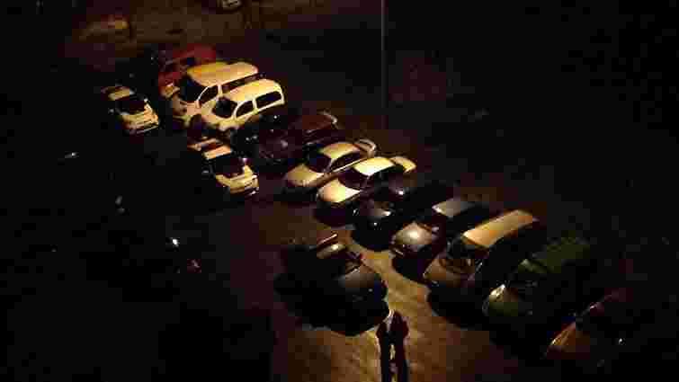 Невідомі зірвали з авто львівських поліцейських номерні знаки і викинули їх у смітник