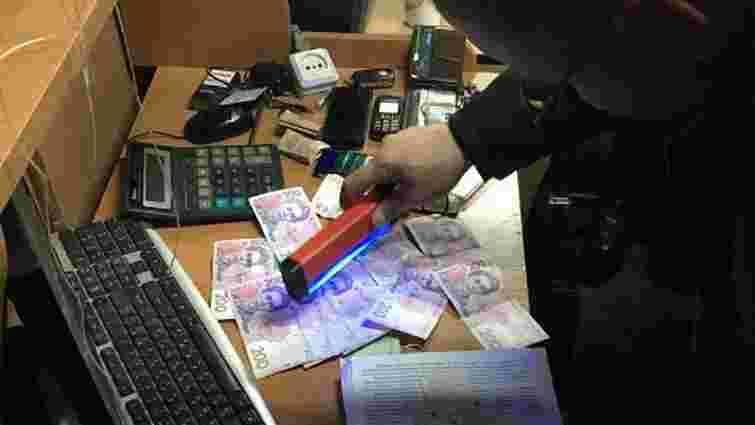 На хабарі затримали митника на адмінкордоні з Кримом