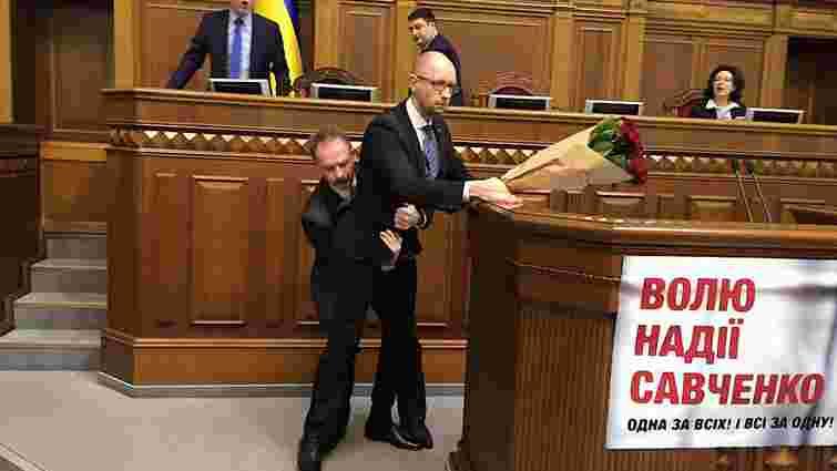 У Раді побилися депутати від БПП і «Народного фронту» під час виступу Яценюка