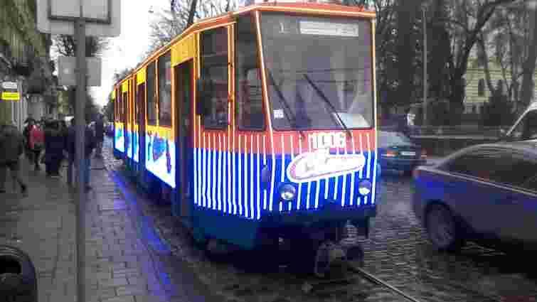 У Львові трамвай прикрасили різдвяною ілюмінацією
