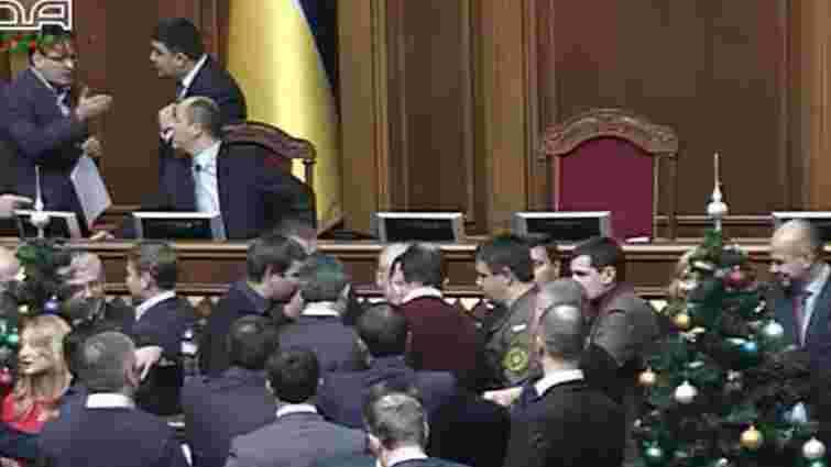«Самопоміч» заблокувала трибуну Верховної Ради, вимагаючи перевиборів у Кривому Розі
