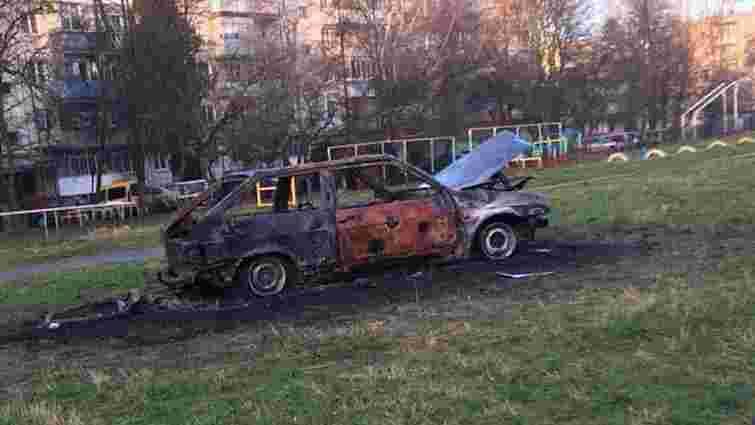 У Львові на шкільному футбольному полі згорів автомобіль