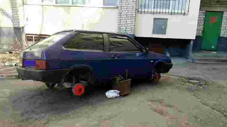 У Львові чоловік викрав колеса від машини свого сусіда