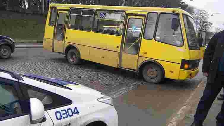 У львівській маршрутці під час руху заклинило кермо