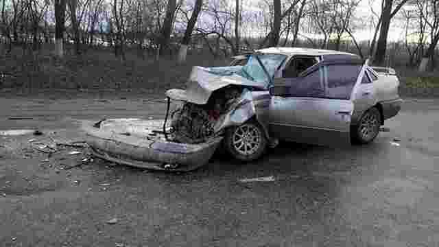 На Тернопільщині автомобіль на великій швидкості врізався у дорожній коток