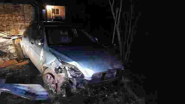 У Винниках нетверезий водій, тікаючи від поліції, протаранив огорожу і вилетів на подвір'я