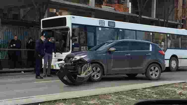 У центрі Львова позашляховик врізався в переповнений автобус