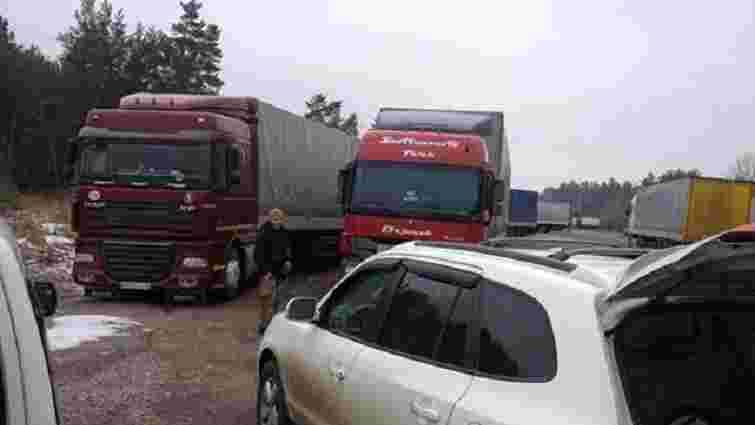 Громадські активісти почали блокувати російські вантажівки на Житомирщині