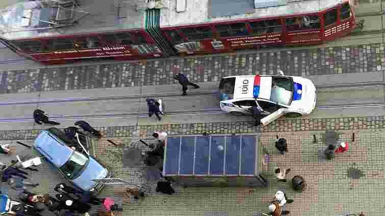 У центрі Львова автомобіль врізався в зупинку, постраждала жінка
