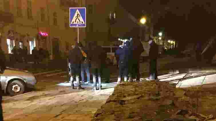 Троє чоловіків, погрожуючи іграшковим пістолетом, вчинили бійку в центрі Львова
