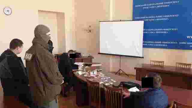 Детективи затримали кандидата на посаду в НАБУ під час спроби дати хабар
