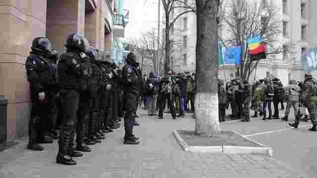 Офіс Ахметова та відділення «Альфа-Банку» в Києві закидали камінням