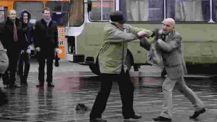 У центрі Львова під час виконання гімну до Дня рідної мови побилися двоє пенсіонерів