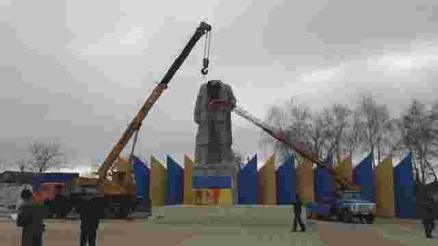 У Лисичанську знесли 150-тонний пам'ятник Леніну
