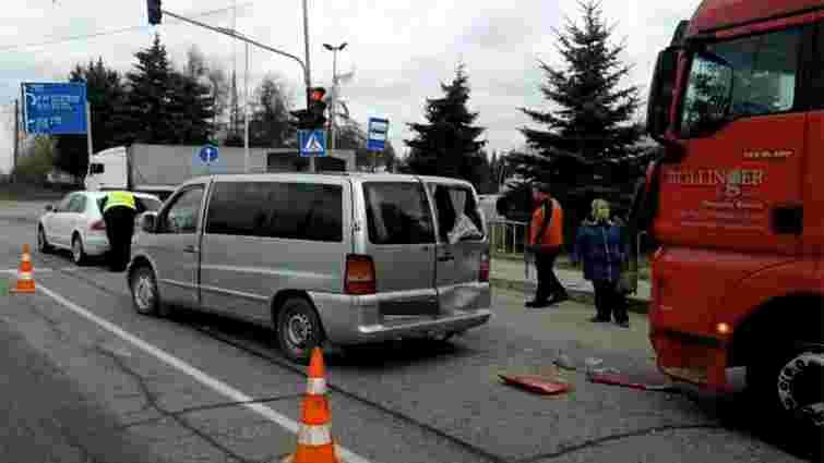 Поблизу Львова водій російської фури спричинив ДТП