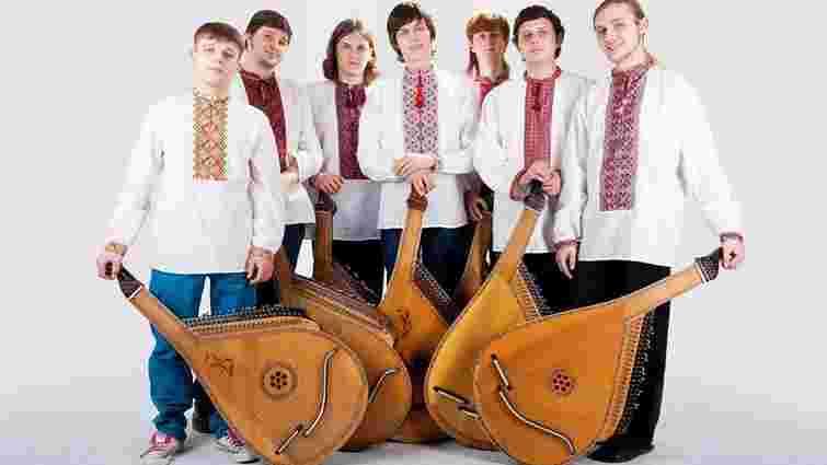 Українці виконали гімн  Нідерландів на бандурі у рамках  флешмобу #TakIsJa